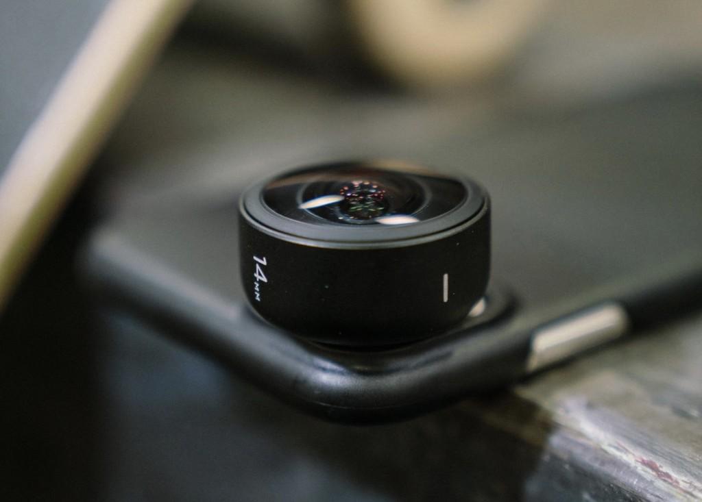 Moment vuelve a la carga con una nueva lente que convierte el gran angular de los iPhone en ultra gran angular