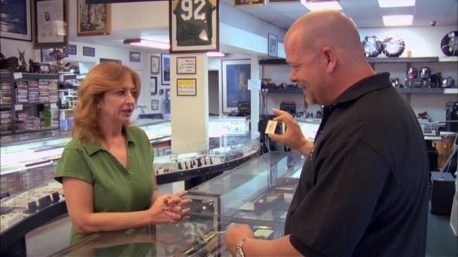 Imagen de Rick haciendo una compra en 'La casa de empeños'