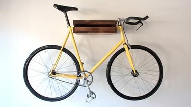 Una estantería donde colgar la bicicleta