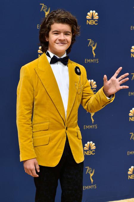 En Tonos Mostaza Y Con Converse Asi Llego Gaten Matarazzo A Los Premios Emmy 2