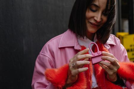 Ni riñoneras ni mochilas, este es el bolso favorito de las chicas de moda en Londres