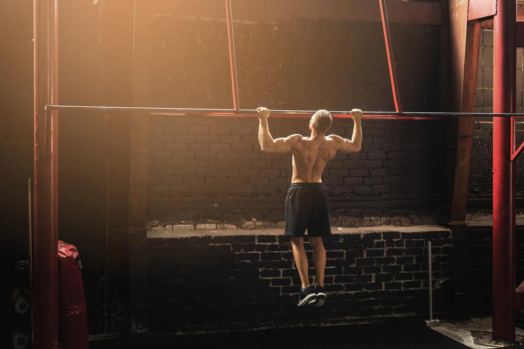 Estos son los ejercicios que te ayudarán a conseguir tu primera dominada