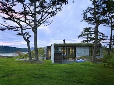 Vivir dentro de una roca para integrarse con la naturaleza y desconectar del mundo urbano