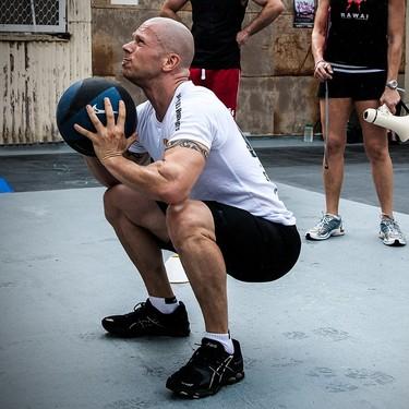13 ejercicios que puedes realizar con balón medicinal para trabajar piernas y brazos