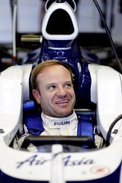 Rubens Barrichello subido al FW32 en box