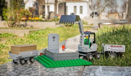 Lego ayuda a los niños a entender la muerte montando sus construcciones funerarias
