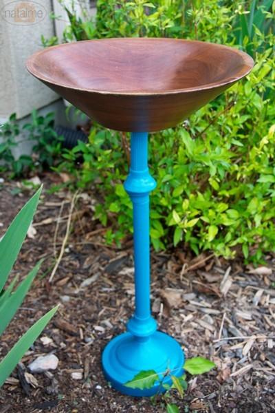 bebedero para pájaros con un pie de lámpara y un bol