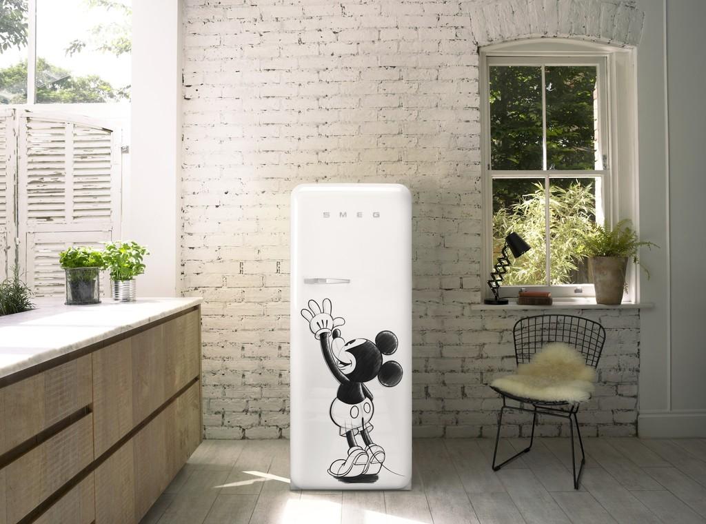 La emblemática nevera FAB28 de Smeg ahora en edición limitada Disney con imagen de Mickey Mouse
