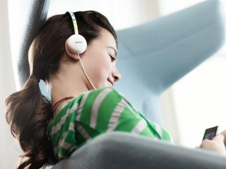 Sony renueva su gama de auriculares enfocados en los más jóvenes