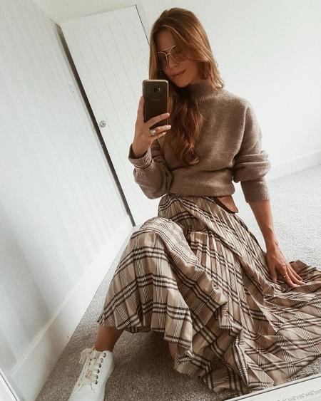 Esta falda midi parece de Burberry, pero es de H&M, y está a punto de agotarse