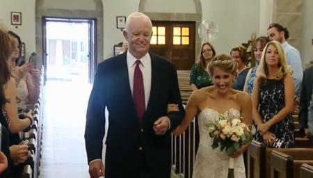 Quiso que en su boda estuviera presente su padre... y le pidió al hombre que recibió su corazón que la llevara al altar