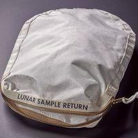 Alguien ha pagado casi 2 millones de dólares por la bolsa lunar de Armstrong