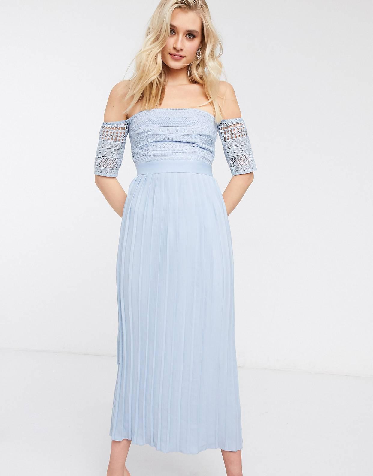 Vestido semilargo azul de encaje con diseño plisado de Little Mistress Tall