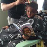 Un peluquero hace descuentos a los niños que lean en voz alta mientras les corta el pelo