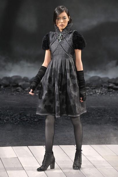 Foto de Chanel Otoño-Invierno 2011/2012 en la Semana de la Moda de París: el Apocalipsis de Karl Lagerfeld (14/17)