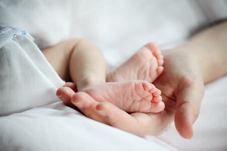Tratan con éxito la ictiosis laminar de una bebé, una enfermedad rara en la piel que recuerda a las escamas de un pez