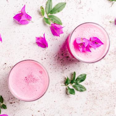 Qué es y cómo hacer Pink Latte: receta fácil para hacer esta bebida saludable