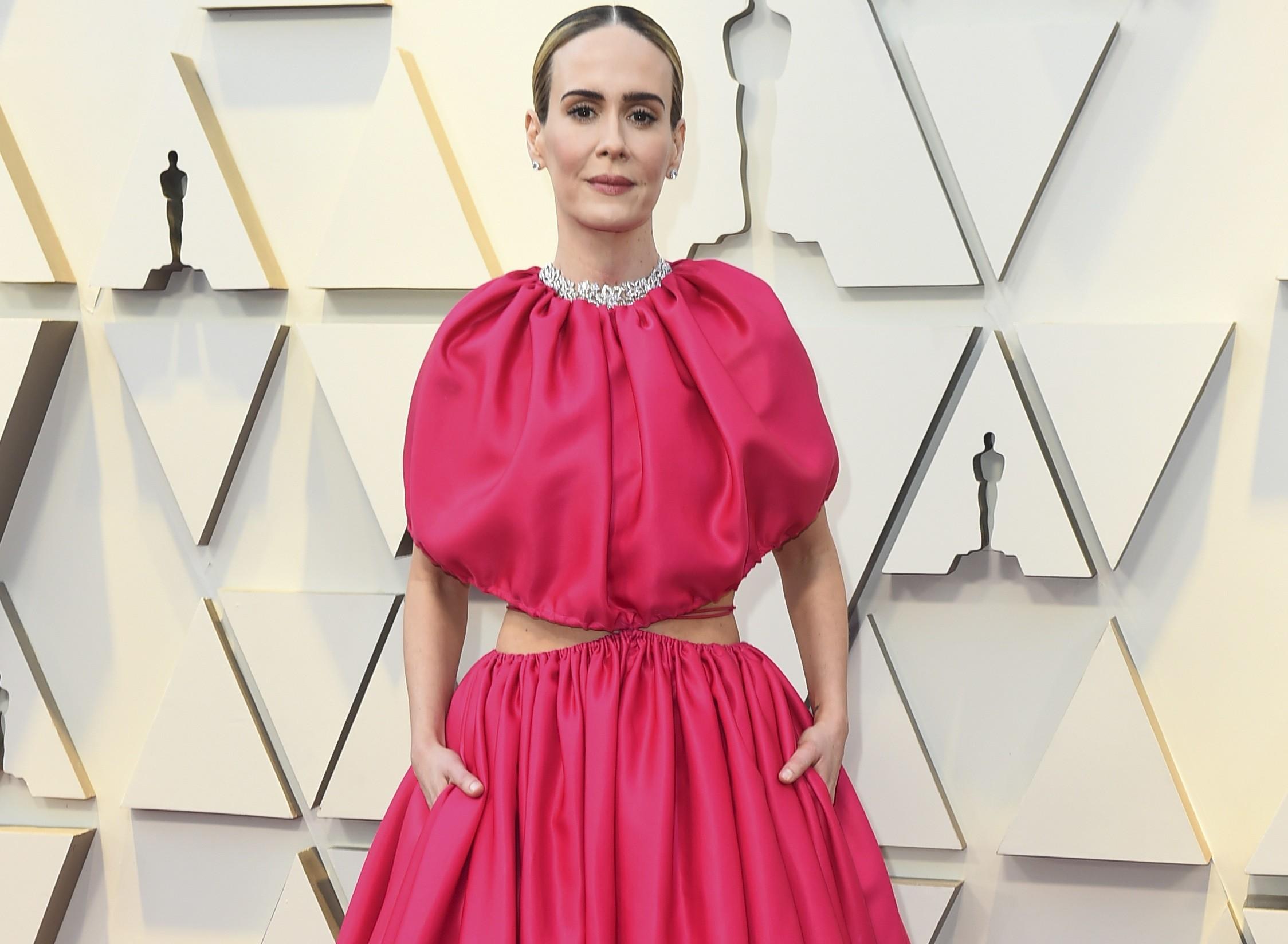 Premios Oscar 2019  Sarah Paulson no teme al volumen y triunfa en la red  carpet a golpe de fucsia 37933feec323