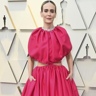Premios Oscar 2019: Sarah Paulson no teme al volumen y triunfa en la red carpet a golpe de fucsia