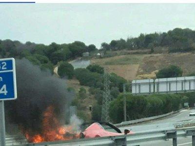 Dolorpasión™: Es un Ferrari 458 Spider siendo consumido por las llamas