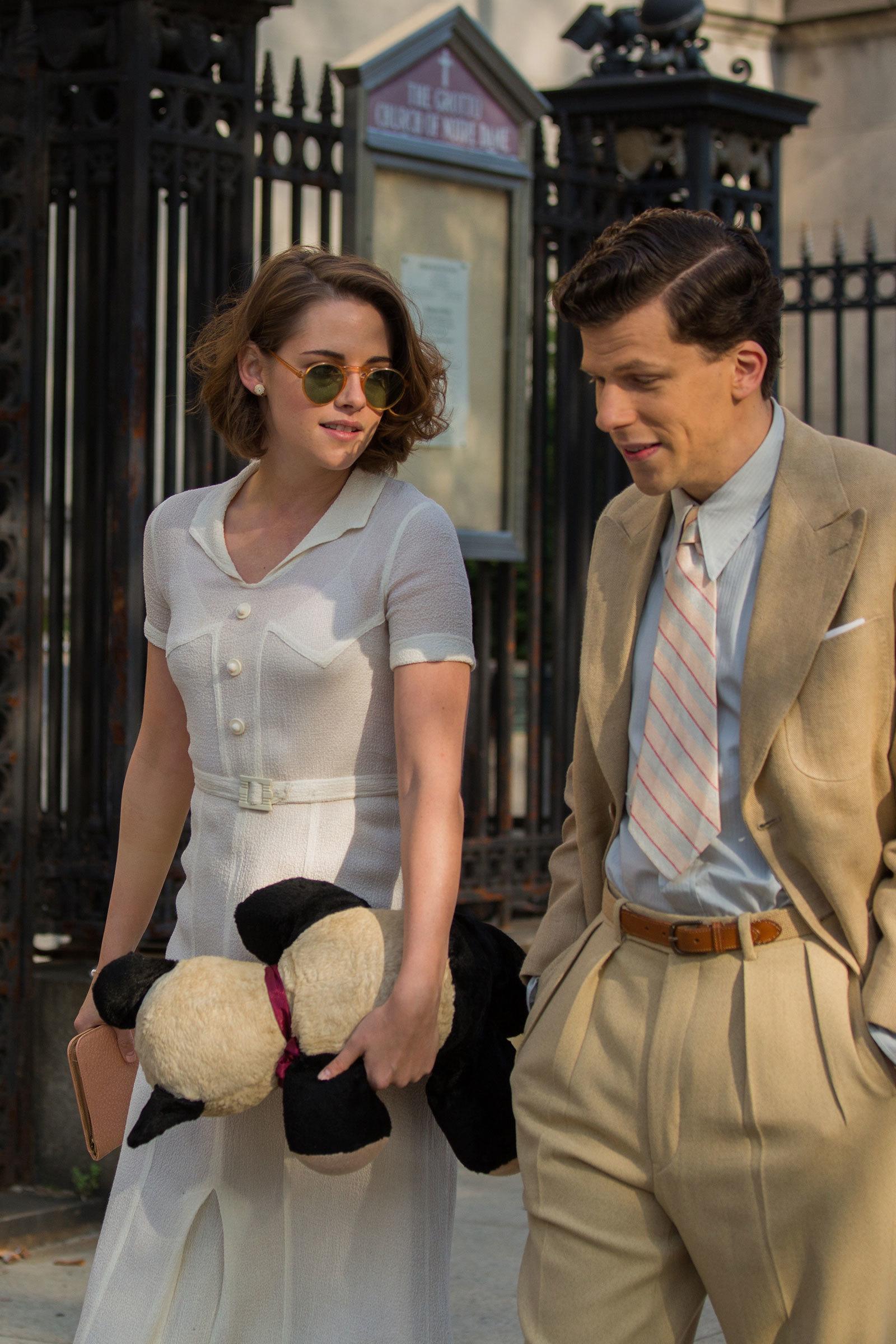 Foto de Blake Lively y Kristen Stewart protagonistas del vestuario de Café Society. Enamórate con sus maravillosos looks (2/12)