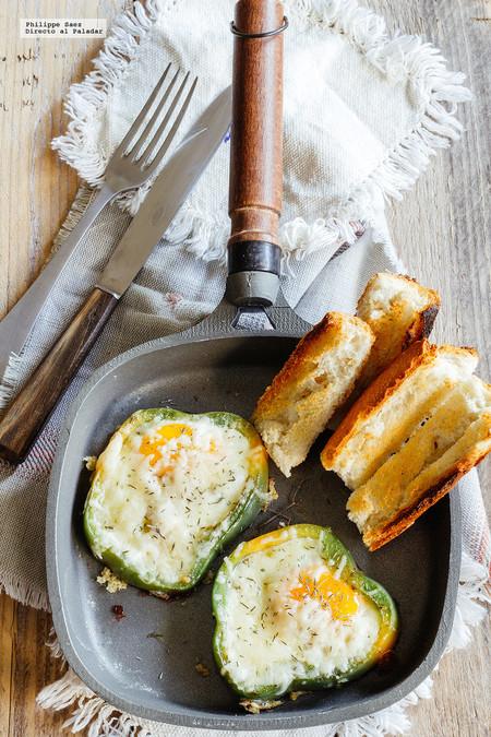 Huevos estrellados en pimiento. Receta para el desayuno