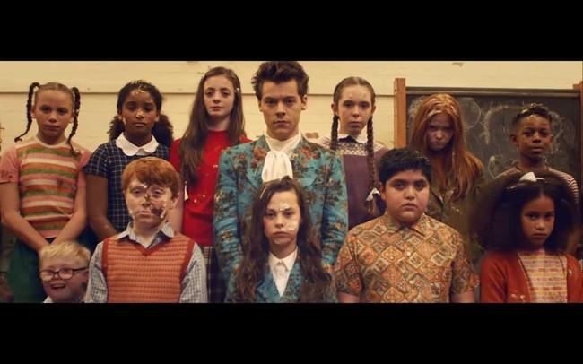 Harry Styles repite fórmula y viste de Gucci en su nuevo video 'Kiwi'