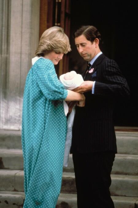 Diana sale del hospital con su primogénito, el príncipe Guillermo, el mismo día que dio a luz, con un vestido de corte premamá, un gesto que también repetiría años después Kate Middleton. Verde, con topos blancos, cuello en uve y zapatos a juego.
