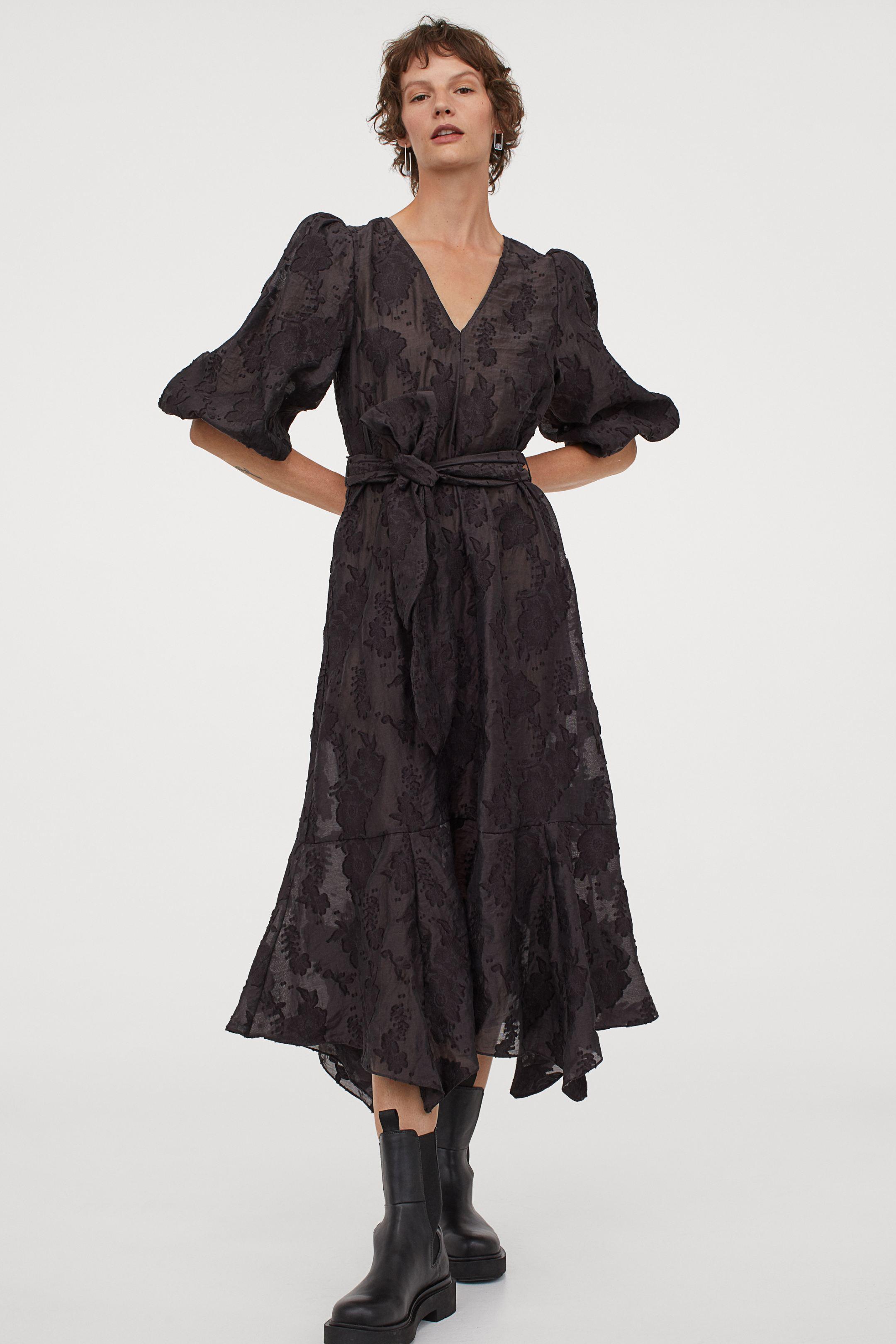 Sofisticado vestido negro con estampado de flores en un tono más claro