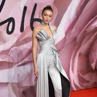 Gigi Hadid aparece en los British Fashion Awards con un mono-falda que no deja indiferente a nadie