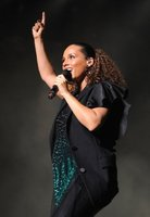 Alicia Keys se cae de culo en el escenario del Essence Music Festival