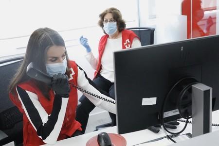 La reina Letizia comparte la jornada con voluntarios de la Cruz Roja Española