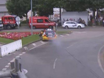 Incidente surrealista en el WTCC. Tom Coronel se sale de pista y choca contra un coche de bomberos