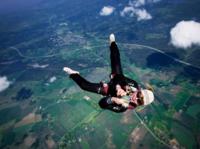 ¿De dónde tenía que tirar para abrir el paracaídas?
