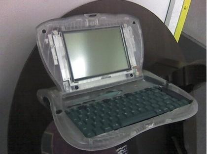 Las fotos de un prototipo eMate de carcasa transparente, en flickr
