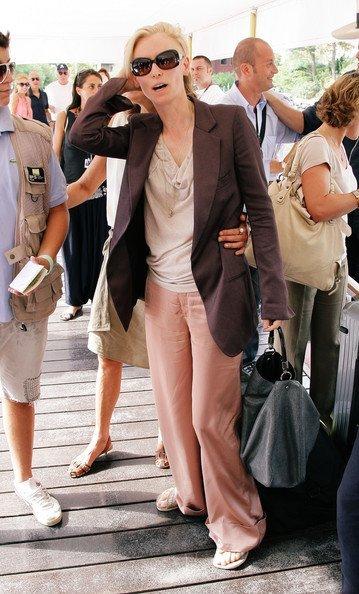Blazer y pantalón para el día de la graduación Primavera-Verano 2010: las famosas evitan los vestidos. Tilda Swinton