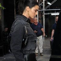 Los días negros molan y son necesarios, y Kendall Jenner nos lo demuestra a golpe de (buen) estilo