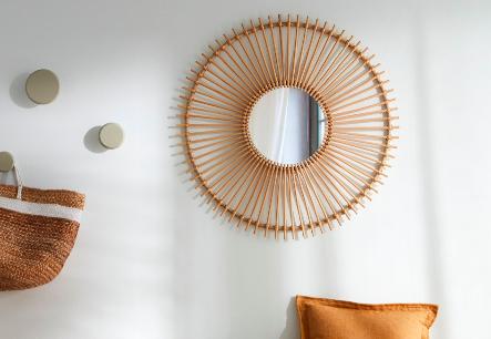 Espejo Louisa con marco de ratán en forma de sol. Diseño 100% handmade moldeado, tratado y trenzado a mano.