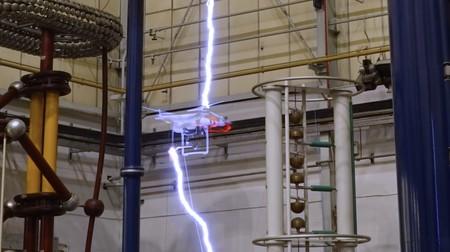 Esto es lo que pasa cuando un rayo con un millón de voltios golpea a un drone