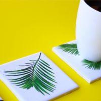 Hazlo tú mismo: posavasos con azulejos blancos decorados con hojas tropicales
