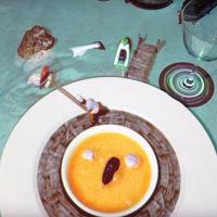 Proyecciones sobre la mesa nos entretienen mientras llega el siguiente plato: Le Petit Chef