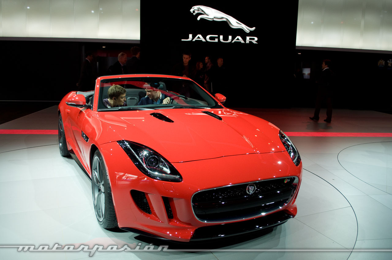 jaguar f type en el sal n de par s 2 10. Black Bedroom Furniture Sets. Home Design Ideas