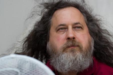 """Richard Stallman llama a """"acabar con Facebook para proteger la privacidad y la democracia"""""""