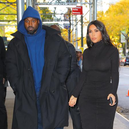Kim Kardashian más sencilla que nunca, se enfunda en un vestido de punto de color negro y el resultado es de lo más interesante