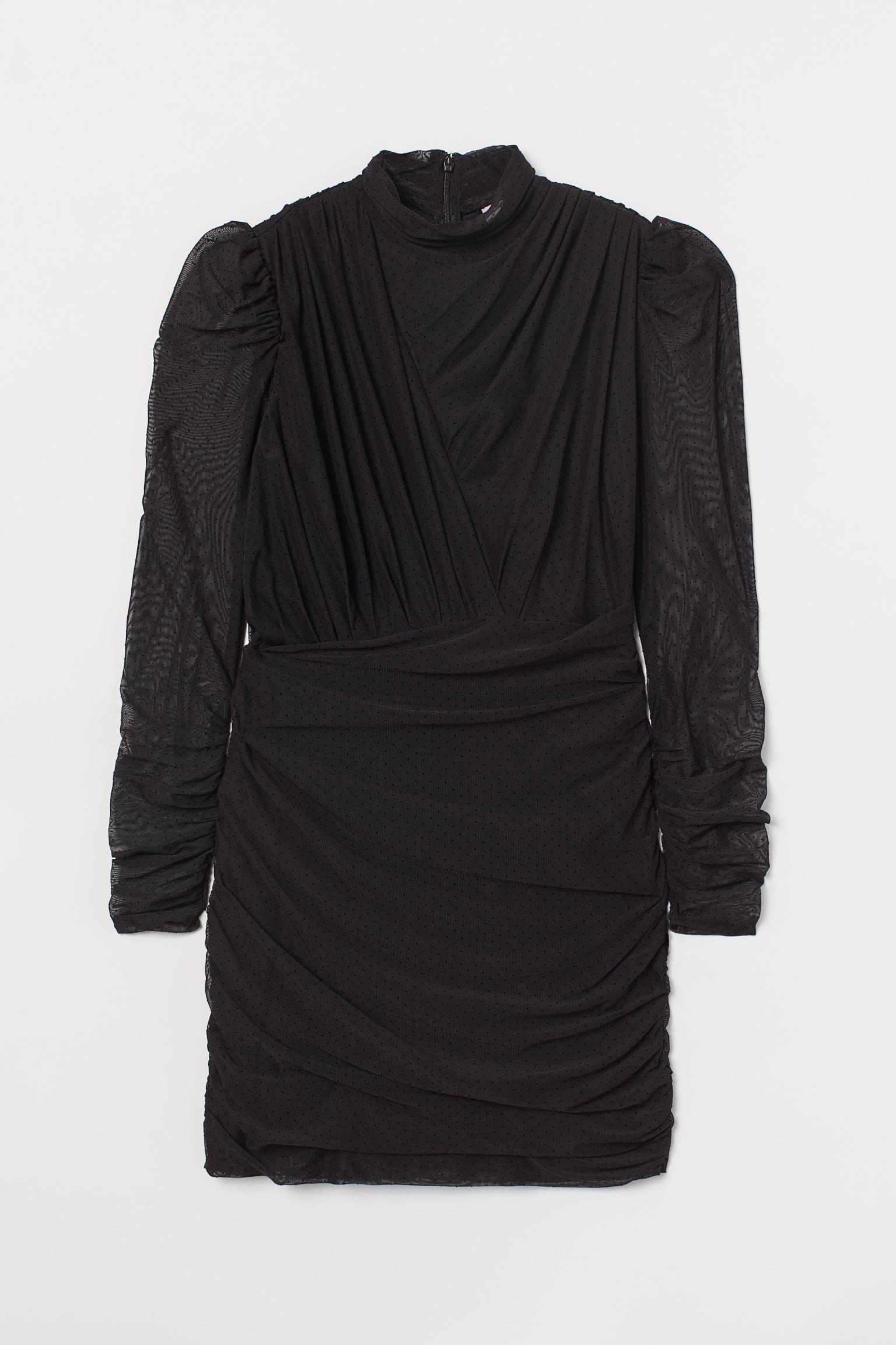 Vestido entallado corto en punto drapeado. Modelo de manga larga con cuello elevado y cremallera oculta en la espalda.