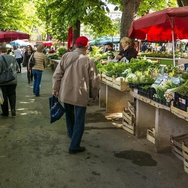 Por qué te conviene comprar frutas o verduras en la tienda de la esquina o en el mercado