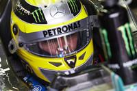 Nico Rosberg marca el mejor tiempo en un día marcado por la lluvia