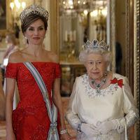 Doña Letizia con un impresionante vestido rojo y Kate Middleton con un llamativo escote deslumbran en la cena de gala del Buckingham Palace