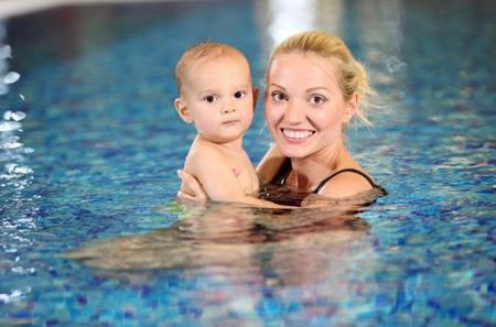 """Expulsan a una madre lactante de una piscina por riesgo de que """"contaminara el agua"""""""