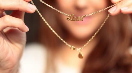 Las gargantillas de oro personalizadas con tu nombre, a lo Carrie Bradshaw, todo un must have